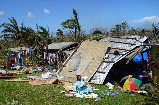 Une habitante de Port-Vila, la capitale du Vanuatu, près de sa maison endommagée par le cyclone Pam, le 17 mars 2015 © AFP/Archives Jeremy Piper