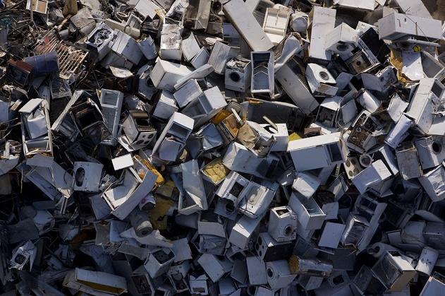 Décharge de matériel électroménager à Aspropyrgos, Attique, Grèce (38°02' N – 23°35' E).  © Yann Arthus-Bertrand/Altitude