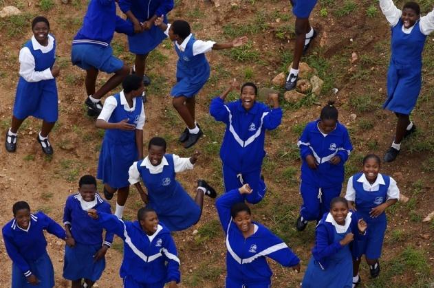 Récréation dans une cour d'école à Hlatikulu, région de Shiselweni, Royaume du Swaziland (26°58'S - 31°19'E). © Yann Arthus-Bertrand