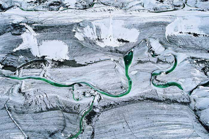 Langue de glacier près du pic Khan Tengry, Kirghizstan. En Europe, les réfrigérateurs représentent la plus grosse dépense électrique d'une habitation, hors chauffage (42°10'N – 80°00'E). © Yann Arthus-Bertrand Altitude / Photo