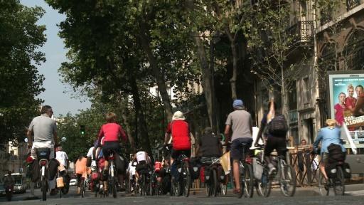 Une quinzaine de cyclistes arrivent à Paris au terme de 2.200 km parcourus à vélo entre Copenhague et Paris, image tirée d'une vidéo réalisée par l'AFP le 12 août 2015 © AFP Photo/Archives
