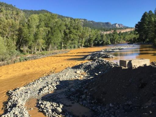 La rivière Animas dans la Colorado devenue orange après que des employés de l'agence américaine de protection de l'environnement (EPA) aient déversé par accident plus de 11 millions de litres de déchets liquides, le 10 août 2015 aux Etats-Unis © La Plata County/AFP --
