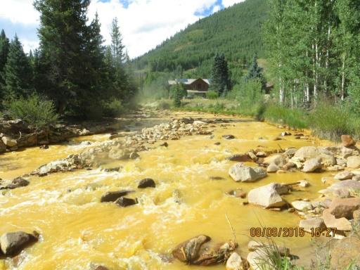 Photo prise la 9 août 2015 par l'Agence de protection de l'environnement (EPA) des Etats-Unis de la rivière Animas dans la Colorado, devenue orange après que des employés de l'EPA aient déversé par accident plus de 11 millions de litres de déchets © EPA/AFP --