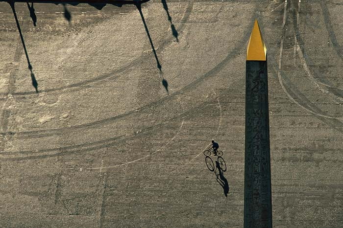 Place de la Concorde, Paris, France. Depuis 2007, Paris propose près de 20 000 vélos en libre-service répartis dans 1230 stations. (48°51' N - 2°21' E) © Yann Arthus-Bertrand Altitude / Photo