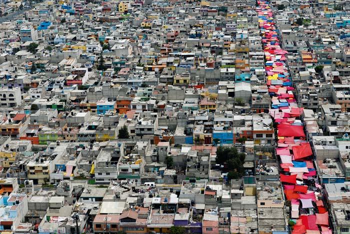 Marché près du quartier de Xochimilco, Mexico, Mexique. Selon l'Organisation Mondiale de la Santé, 2,6 millions de personnes sont mortes prématurément en 2012 du fait de la pollution de l'air extérieur (19°27' N – 99°16' O). © Yann Arthus-Bertrand / Altitude