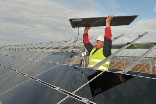 Un technicien installe des panneaux solaires à Crucey-Villages (Eure-et-Loire), le 10 novembre 2011 © AFP/Archives Alain Jocard