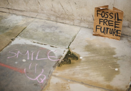 """Une pancarte où l'on peut lire """"Futur sans Fossile"""" le 3 mai 2012 à Londres © AFP/Archives LEON NEAL"""