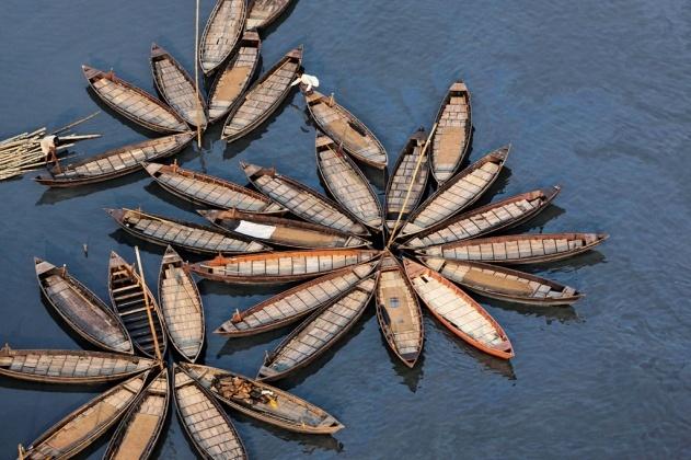 Pirogues sur la rivière Buriganga à Dhaka, Bangladesh (23°38' N - 90°26' N). © Yann Arthus-Bertrand / Altitude Paris