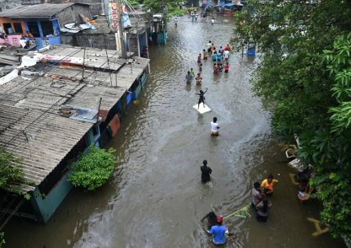 Des habitants de Colombo fuient la capitale sri-lankaise inondée le 19 mai 2016  © AFP/Archives ISHARA S.KODIKARA