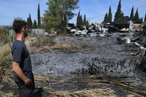 Un homme se tient devant une zone incendiée de Pennes Mirabeau, au nord de Marseille, le 11 août 2016 © AFP/Archives BORIS HORVAT