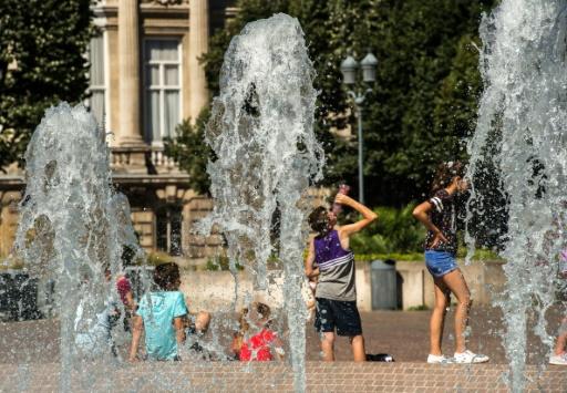 Des personnes se rafraîchissent sous les fontaines, le 24 août 2016 à Lille © AFP PHILIPPE HUGUEN
