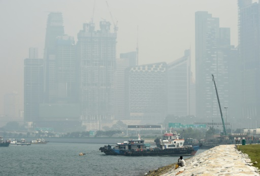 Vue de gratte-ciel à Singapour enveloppés dans un nuage de fumée, le 26 août 2016 © AFP ROSLAN RAHMAN