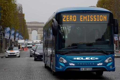 Un bus électric d'Heuliez, le GX ELEC, circule sur l'avenue des Champs-Élysées à Paris le 24 novembre 2015 © AFP/Archives BERTRAND GUAY