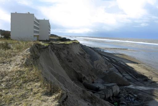 """L'immeuble """"le Signal"""" à Soulac-sur-mer (Gironde) à 200 mètres du front de mer lors de sa construction en 1967 n'est plus qu'à 16 mètres, ici le 30 janvier 2014  © AFP/Archives JEAN-PIERRE MULLER"""