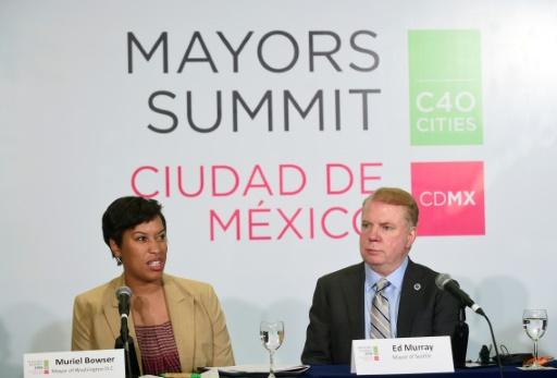Le maire de Seattle, Ed Murray (D) et son homologue de Washington D.C Muriel Bowser, le 2 décembre 2016 à Mexico dans le cadre du sommet du Cities 40 (C40) © AFP ALFREDO ESTRELLA