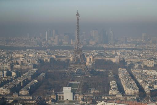 La tour Eiffel à Paris, le 5 décembre 2016, jour de pollution © AFP Thomas SAMSON