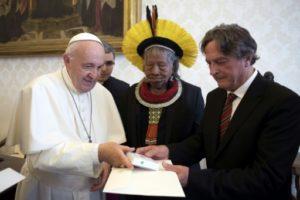 Photo fournie par le service de communication du Vatican, montrant le pape et le chef indigène Raoni, le 27 mai 2019 lors d'une audience privée au Vatican © VATICAN MEDIA/AFP Handout