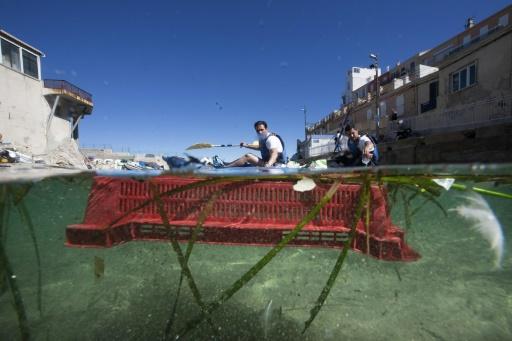 """Un équipage du """"Grand défi"""", une course aux déchets en mer, à Marseille, le 30 mai 2019 © AFP Boris HORVAT"""