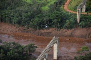 Vue aérienne d'un pont ferroviaire emporté par une coulée de boue après l'effondrement d'un barrage minier, le 25 janvier 2019 à Brumadinho, dans l'Etat du Minas Gerais, au Brésil © AFP/Archives Douglas Magno