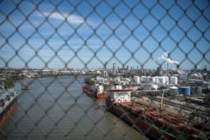 Sur le port de Houston, des raffineries et autres infrastructures pétrolières rappellent le poids de cette industrie dans l'économie locale © AFP/Archives Loren ELLIOTT