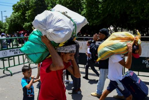 Des gens traversent le pont Simon Bolivar depuis Cucuta en Colombia vers San Antonio del Tachira au Venezuela, le 20 mai 2019. Selon les Nations unies, 3 millions de Vénézuéliens ont quitté leur pays depuis 2015 pour fuir la crise économique © AFP RONALDO SCHEMIDT