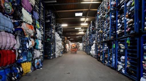 Des ballots de vêtements dans un centre de recyclage Le Relais, à Bordeaux, le 23 janvier 2019 © AFP/Archives GEORGES GOBET