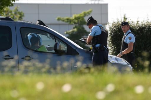 """Des gendarmes contôlent les vignettes """"Crit'Air"""" sur une route à Saint-Quentin-Fallavier, près de Lyon, le 27 juin 2019 © AFP JEAN-PIERRE CLATOT"""