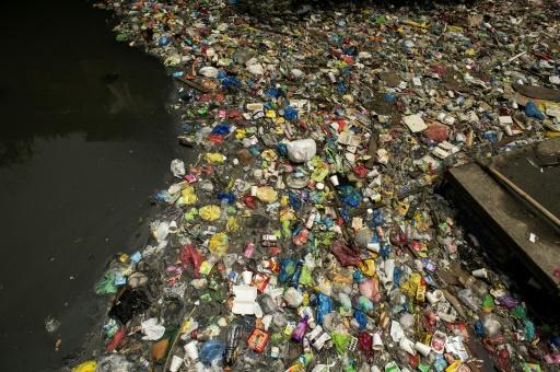 Vue aérienne d'une décharge flotante d'emballages plastique près de Manille, le 22 septembre 2017 © AFP/Archives NOEL CELIS