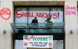 Des militants écologistes devant les bureaux britanniques du géant pétrolier Royal Dutch Shell, lors d'une manifestation de l'association pro-environnement Extinction Rebellion à Londres le 15 avril 2019 © AFP/Archives Tolga AKMEN
