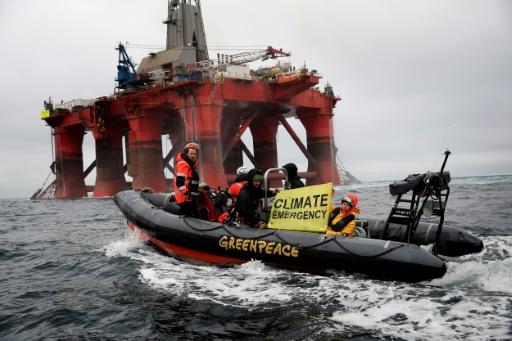 Un canot de Greenpeace devant une plateforme pétrolière de la compagne BP, le 16 juin 2019 dans la mer du Nord (transmise par Greenpeace) © Greenpeace United Kingdom/AFP Jiri Rezac