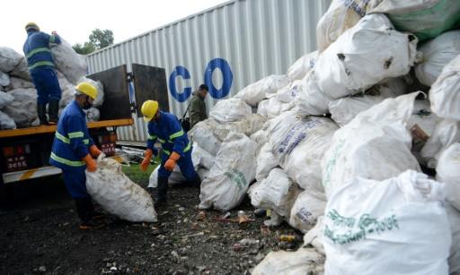 Des sacs de déchets ont été descendus vers Kathmandou à bord d'hélicoptères de l'armée ou acheminés par camions de façon à y être recyclés © AFP PRAKASH MATHEMA