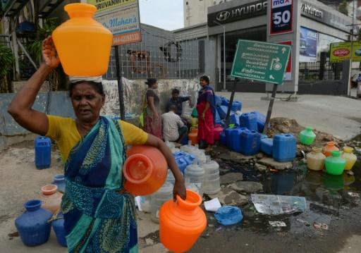 Des habitants de Chennai en Inde attendent avec des bonbonnes pour avoir de l'eau, le 20 juin 2019 © AFP ARUN SANKAR