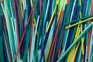 Pailles, sacs et autres objets en plastique à usage unique seront interdits dès 2021 au Canada © AFP/Archives Olivier MORIN