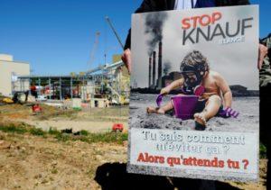 """Des membres de l'association """"Stop Knauf Illange"""" s'opposent à la contruction d'une usine de laine de roche, à Illange en Moselle le 15 mai 2019 © AFP/Archives JEAN-CHRISTOPHE VERHAEGEN"""