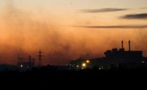Fumées de la zone industrielle de Fos-sur-Mer le 10 août 2016 © AFP/Archives BERTRAND LANGLOIS
