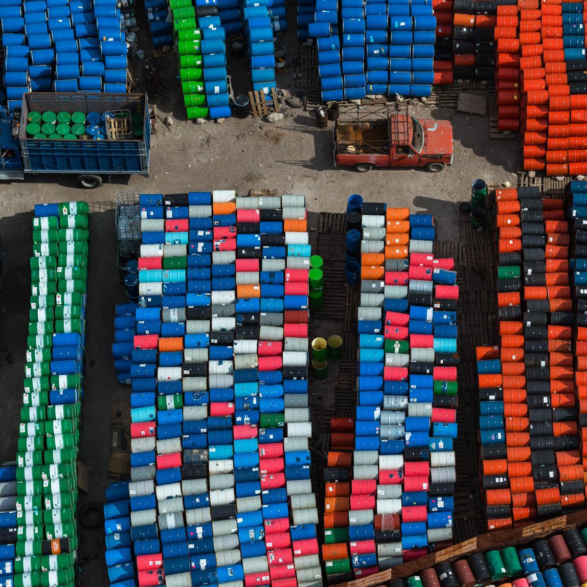 stockage de bidons à Teoloyucan (nord du Mexique) © Yann Arthus Bertrand/Mexique/Human 03-2013 (19°46'N - 99°10 W)