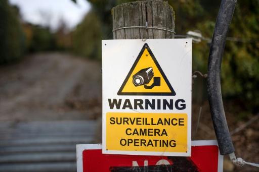 Un panneau avertit de la présence de caméras de surveillance sur la ferme de Townshend, à Ashburton, en Nouvelle-Zélande. Photo prise le 14 mai 2019 © AFP Marty MELVILLE