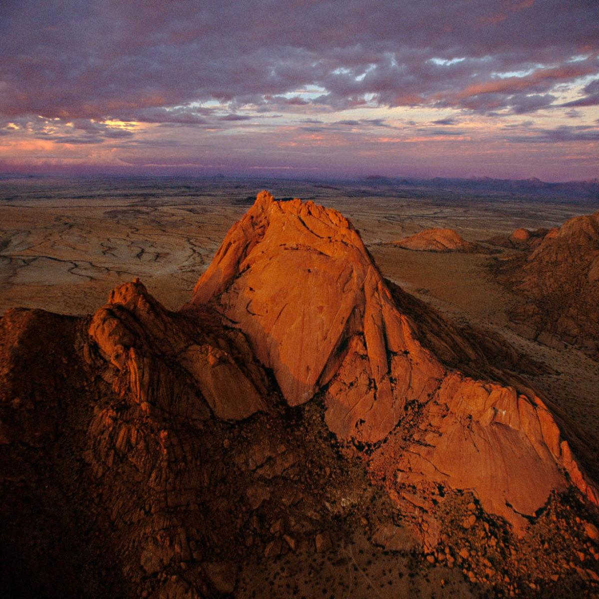 Massif du Spitzkop au coucher du soleil, région du damaraland, Namibie (21°50' S - 15°11' E) © Yann Arthus-Bertrand