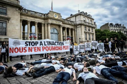 """Des militants de l'association ANV-COP 21 lors d'un """"die-in"""" devant l'Assemblée nationale à Paris le 4 juin 2019 © AFP STEPHANE DE SAKUTIN"""