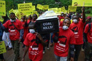 Des militants de Greenpeace et d'associations écologistes manifestent à Nairobi le 12 juin 2019 contre le projet d'une centrale à charbon sur l'archipel de Lamu, inscrit au patrimoine de l'Unesco. © AFP/Archives SIMON MAINA