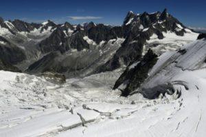 Les alpinistes suisses qui ont posé un avion de tourisme près du sommet du Mont-Blanc risquent, en l'état actuel du droit, une simple contravention à 38 euros © AFP/Archives PHILIPPE DESMAZES