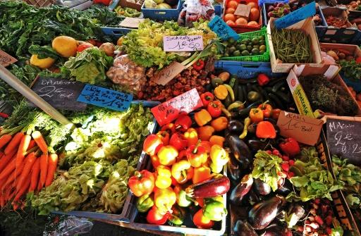 Plus de 71% de fruits et 43% de légumes non bio consommés en France contiennent des résidus de pesticides, cerise et céleri-branche étant parmi les plus touchés © AFP/Archives PHILIPPE HUGUEN