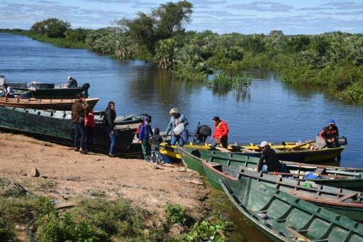 Les habitants d'Alberdi se déplacent en bateau après la crue du rio Paraguay, le 3 juin 2019 © AFP NORBERTO DUARTE