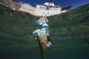 Un déchet en plastique au large de Marseille (sud de la France), le 30 mai 2019 © AFP Boris HORVAT