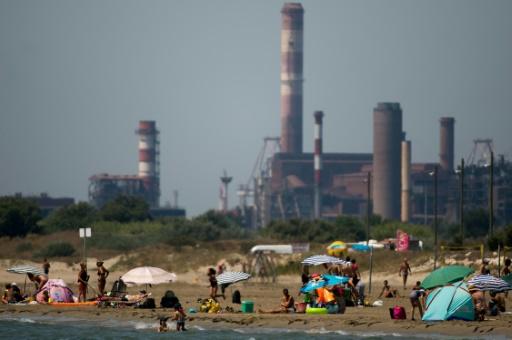 Une plage de Fos-sur-Mer, dans les Bouches-du-Rhône, lors d'un pic de pollution à l'ozone en juillet 2015 © AFP/Archives BERTRAND LANGLOIS