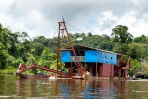 Une barge utilisée pour l'orpaillage sur le fleuve Maroni, près du village de Twenké, le 12 juin 2019 dans le sud-ouest de la Guyane © AFP jody amiet