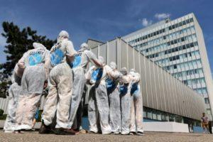 """Des membres du groupe """"Ende Gelände"""" (EG), un mouvement de désobéissance civile pour le climat, en combinaisons blanches lors d'un entraînement, le 1er juin 2019 à Francfort, en Allemagne © AFP Yann Schreiber"""
