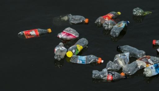 Greenpeace a testé treize rivières rurales et urbaines au Royaume-Uni où elle a trouvé 1.271 morceaux, de 15 types de plastique différents © AFP/Archives John MACDOUGALL