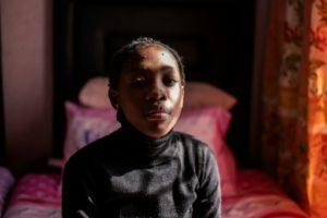 Tumelo Ledwaba, qui souffre de problèmes respiratoires, dans sa maison en Afrique du Sud, le 13 juin 2019 © AFP Wikus DE WET