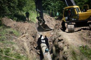 Les ouvriers du chantier de la petite centrale hydroélectrique de Rakita travaillent dans une ambiance plombée par l'hostilité des habitants de ce hameau montagneux de l'est de la Serbie, pays de rivières, le 7 juillet 2019. © AFP OLIVER BUNIC